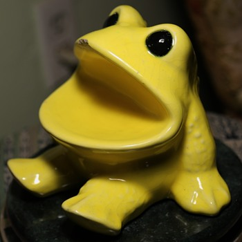 Old Yellow Wide-mouthed Frog ? - Figurines