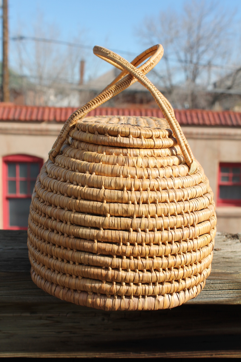 wicker basket with lid handles collectors weekly. Black Bedroom Furniture Sets. Home Design Ideas