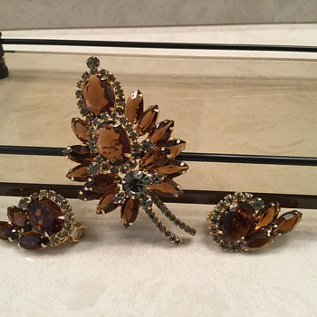 SMOKE & BROWN D & E BROOCH - Costume Jewelry