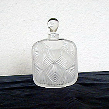 Lalique,signed on bottom - Bottles