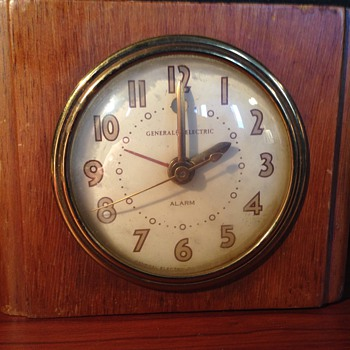 GE Model 7H162 Wooden Deco Clock