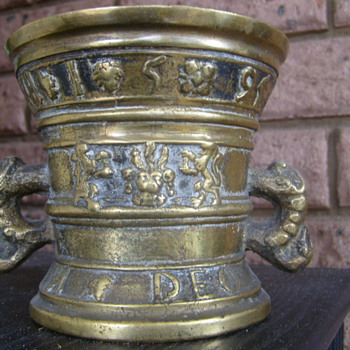 Antique irish gaelic urn c.1595