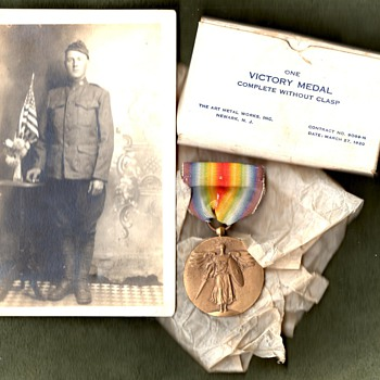 Plain US Victory medal with original box, and it&#039;s presumed owner - Military and Wartime