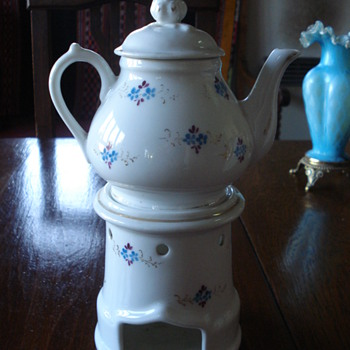 An Vieux Paris Veulliese a Victoria french teapot