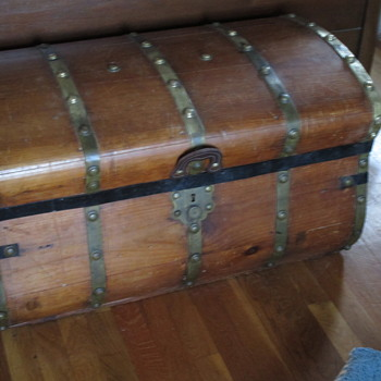 Jenny Lind 32 Inch Five Brass Band Trunk