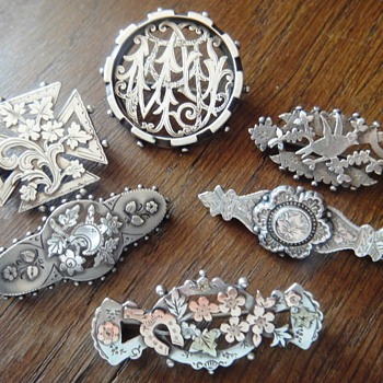 A lot of so-called Victorian &#039;sweetheart&#039; brooches - Victorian Era