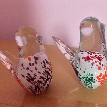 Two hand blown birds with etched signatures on base - Art Glass