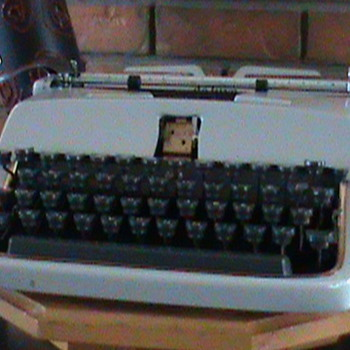 1958 Underwood Deluxe Portable typewriter - Office