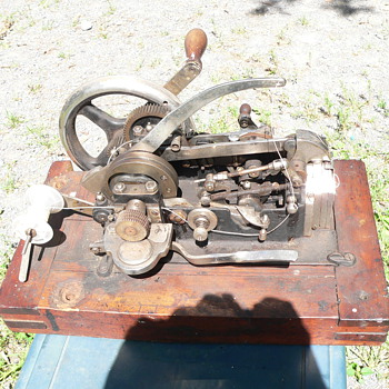 please help identify this sewing machine..