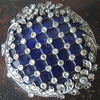 Stunning enameled brooch with rose cut diamonds. - Fine Jewelry