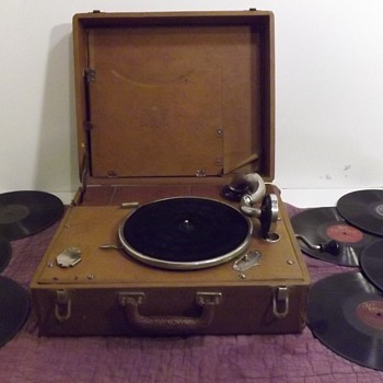 Antique Birch Crank Victrola Phonograph Record Player Suitcase 41A Boetsch Bros New York  - Records