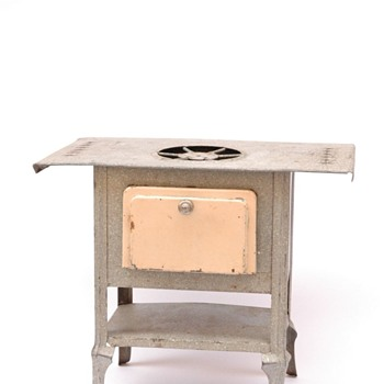 fourneau pour maison de poupée en tôle, vers 1910. early 1910 dollhouse metal cooker.