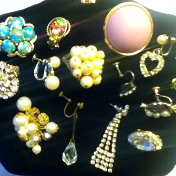 Assortment of Earrings - Costume Jewelry