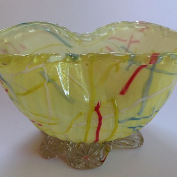Victorian cased yellow Peloton glass pinched bowl with applied feet