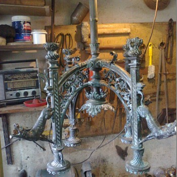 Ancient bronze chandelier. 30 kg. with a kind of dogs as tulips. - Lamps
