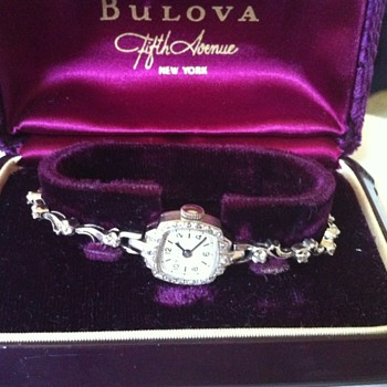 Vintage ladies bulova 14k solid gold watch with diamonds - Wristwatches