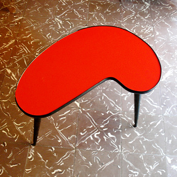 Kidney shaped tabe. Italy, 1950s. - Furniture