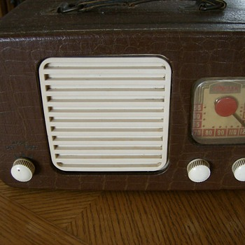 LATE 40S TRAVLER TUBE RADIO