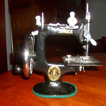 VINTAGE CHILDS SINGER SEWING MACHINE.made in usa - Toys