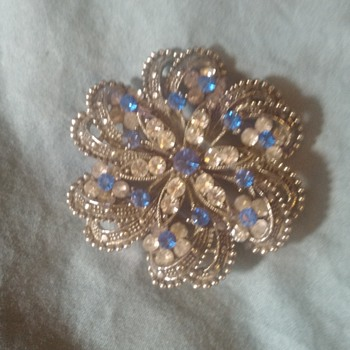 Beautiful Brooch with blue & white gemstones