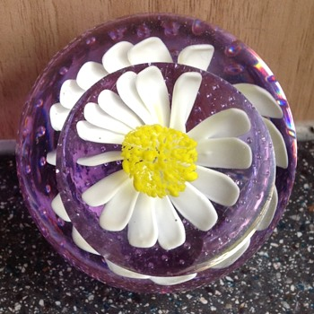 Pretty daisy paperweight. - Art Glass