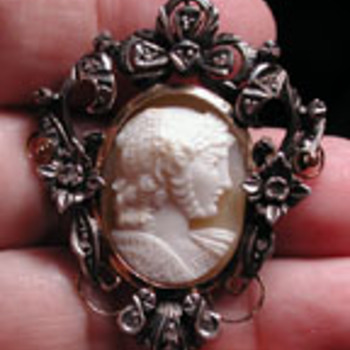 Rare WW2 cameo of D day victory dated 1945 with diamonds - Fine Jewelry