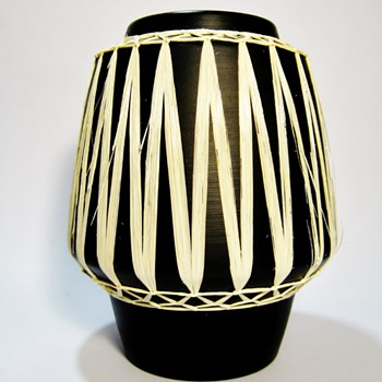 "GMUNDNER KERAMIK-AUSTRIA/""BLACK"" - Art Pottery"