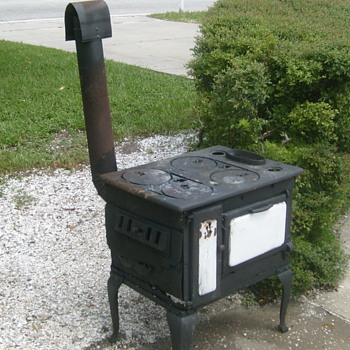 I sure would like to know more abt this ole&#039; stove.It&#039;s a coal stove!