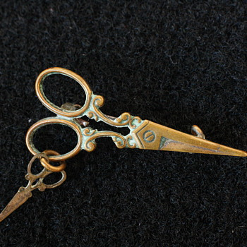 Super sweet novelty sewing scissors brooch