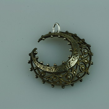 Victorian crescent moon appliqué - Fine Jewelry