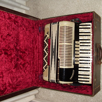 Coronet Accordion ... Sounds great! ... vintage? - Musical Instruments