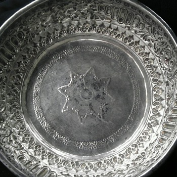 unidentified silver bowl with.8 pointed star and faces - Sterling Silver