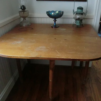 Antique table with droppable sides