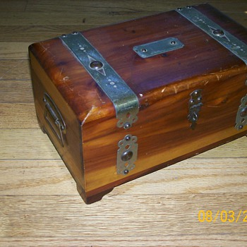 Cedar box for Truthisana. Circa 1940's and vintage ladies gloves (austria)