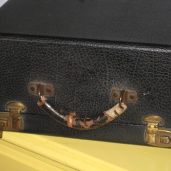 HELP! Vintage Typewriter Case won't Open