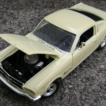 1 / 25 Scale Johnny Lightning Ford Mustang - Model Cars