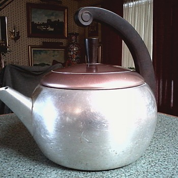 "Wear-Ever 2 1/2 Qt. ""Deco"" Style Tea Kettle /Bakelite Handle and Knob/Circa 1950"