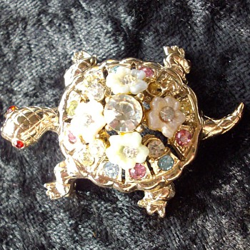Turtle brooches & an owl brooch.