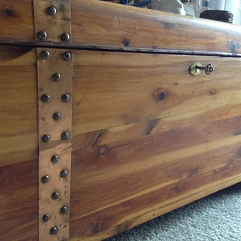 1912-13 Red Standard cedar chest - Furniture
