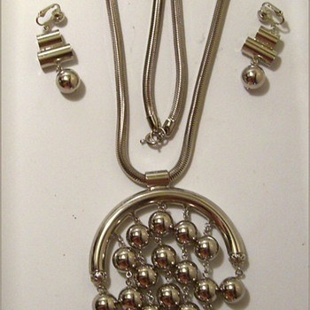 1970's CELEBRITY ( NY ) JEWELRY -- Necklace