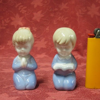 two small praying children - Art Pottery