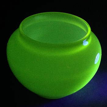 Small yellow uranium glass pot.