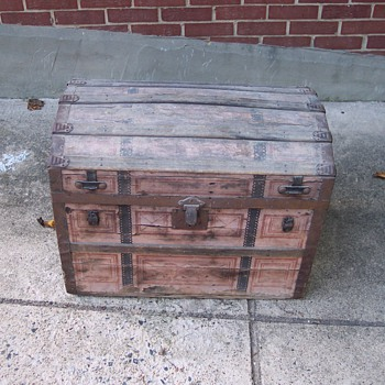 Small barrel top trunk - Furniture