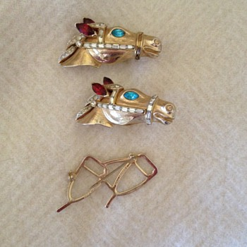 Very cool Corocraft horses brooch - Costume Jewelry