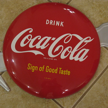 "16"" Button sign with Arrow and a Bottle sign - Coca-Cola"