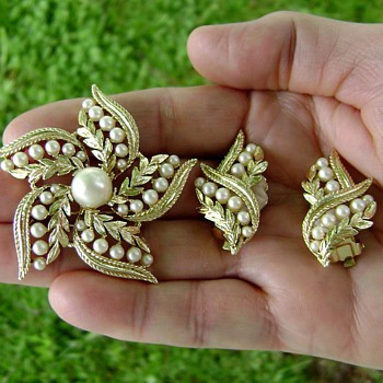 Sarah Coventry Brooch and Earrings - Leaf Coronation - Costume Jewelry