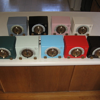 1953 Plastic Emerson Tube Clock Radio Model 724-B - Radios
