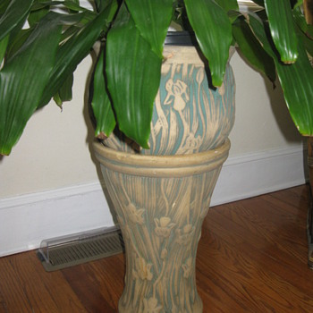 Who is the maker of this jardiniere and pedestal ? - Art Pottery
