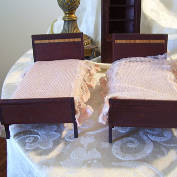 Can anyone help me identify this dollhouse furniture?  Thanks much! - Dolls