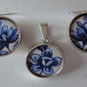 Demi parure made of enameled Vict. buttons; pendant and earrings  - Victorian Era